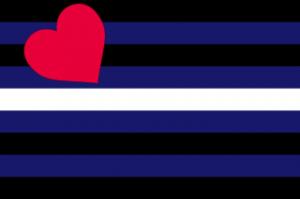 Bandeira do Orgulho Leather.  Descrição: Nove faixas horizontais. Ao centro, uma faixa branca, depois da qual se seguem, igualmente em cima e em baixo, a sequência de faixas azuis, pretas, novamente azuis e novamente pretas. À esquerda, um coração vermelho inclinado para a esquerda, na altura das quatro faixas superiores.