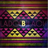 """Logo do Lado (B)lack. Lembra uma capa de um disco de vinil velha, bastante usada. É uma composição de formas geométricas (linhas e triângulos) nas cores amarelo, roxo e preto, referenciando as artes tribais africanas. No centro, há uma faixa preta, escrito """"Lado (B)lack"""" em letras maiúsculas com uma fonte sem serifas, roxo, com exceção do """"B"""" que está centralizado, em negrito e amarelo"""